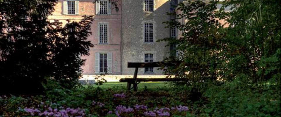 Vue du château de Meung depuis le parc - fleurs